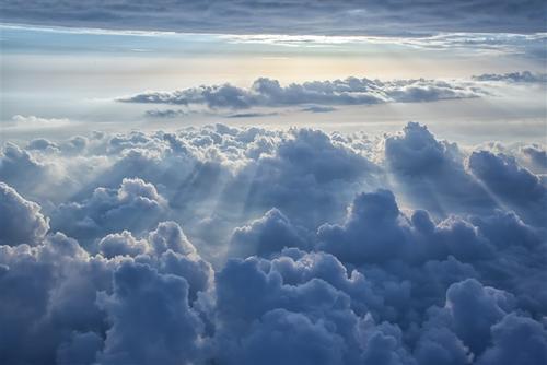 云层阳光背景