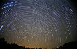夜空星轨图片