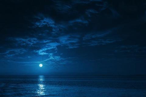 夜晚湖面风景图