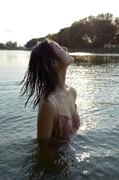 湿发美女泳池艺术写真